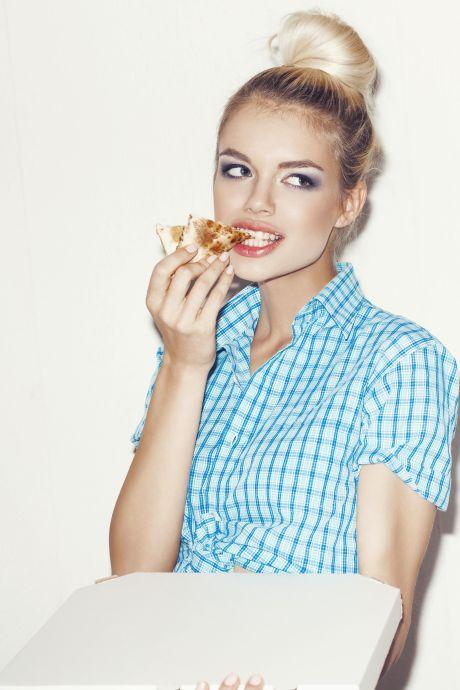 Junge attraktive Frau mit Pizza