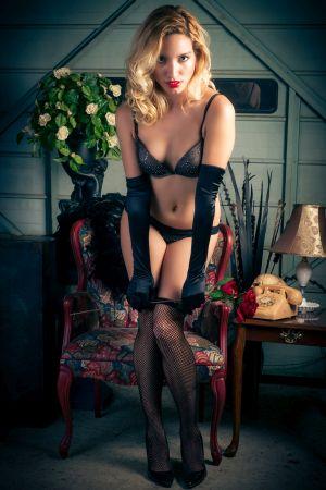 Blonde Prostituierte posiert in Reizwäsche