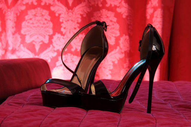 Hochhackige schwarze Schuhe
