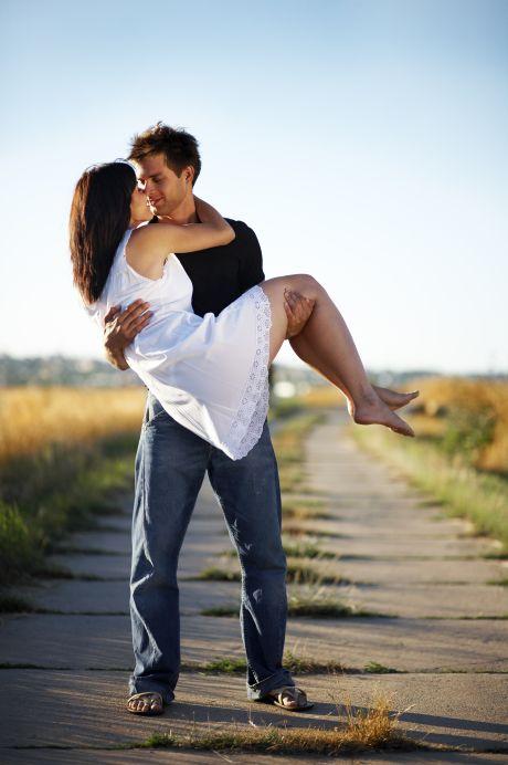 Mann trägt Frau auf Händen