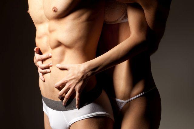 Bodybuilder und Frau umarmen sich
