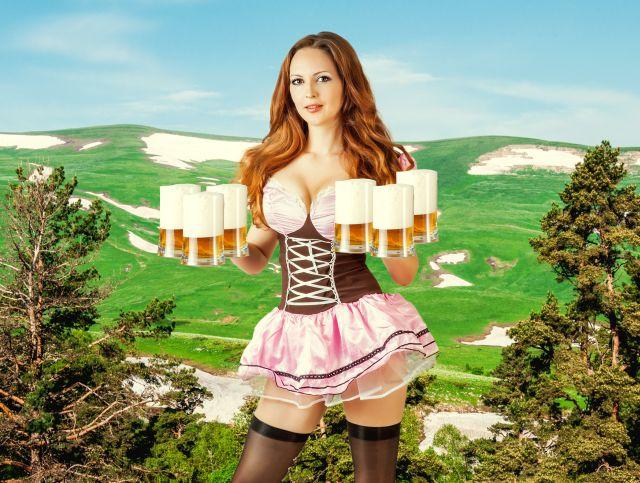 Frau in knappen Dirndl mit Bierkrügen