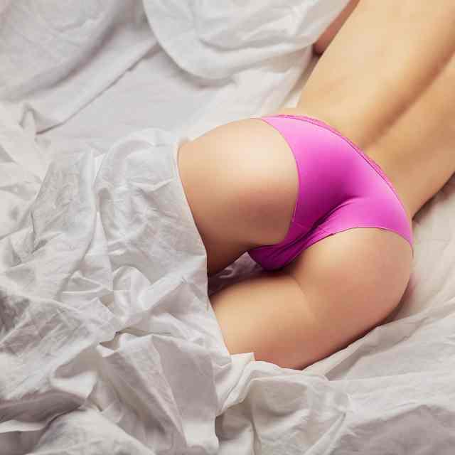 Frauenpo mit pinker Hotpants