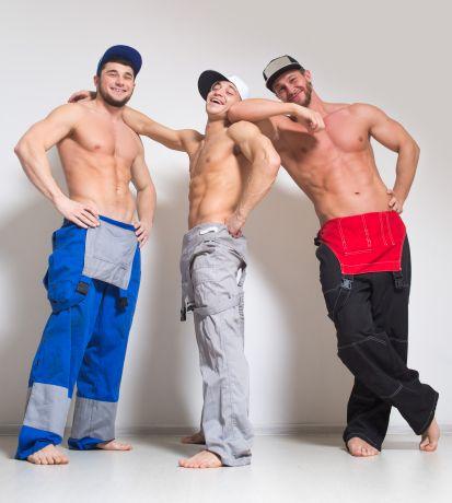 Drei durchtrainierte Männer in Bauarbeiterkleidung
