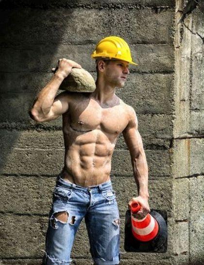 Durchtrainierter Bauarbeiter bei der Arbeit