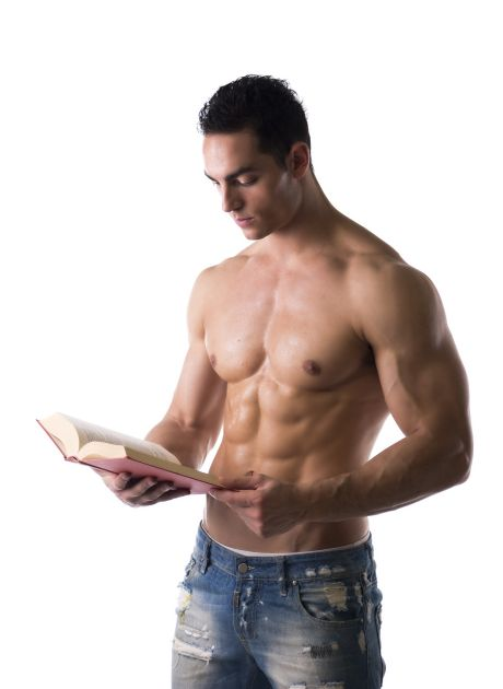 Junger muskulöser Mann liest oberkörperfrei ein Buch