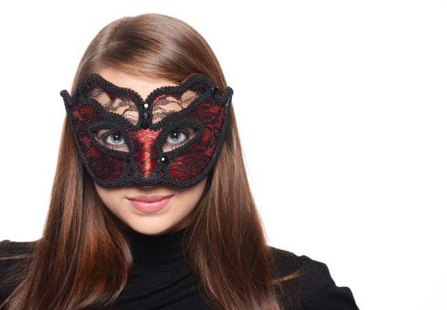 Brünette Frau mit schwarzer Maske
