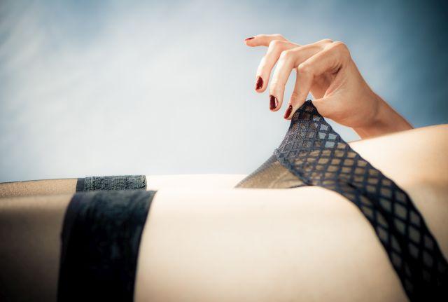 Frau lüftet an ihren Slip