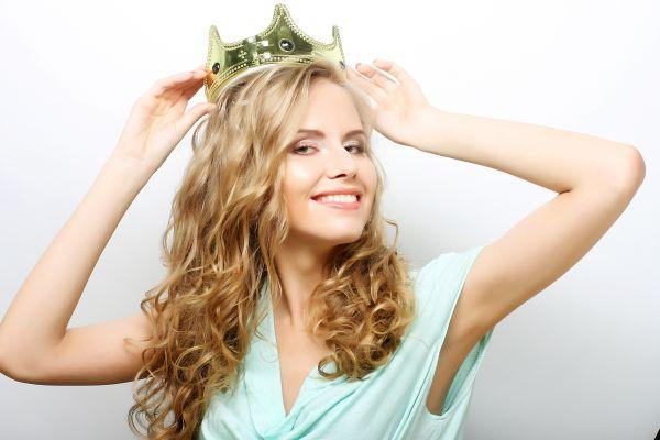 Blonde Frau mit Krone