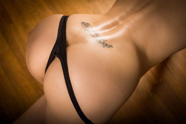 Weiblicher halbnackter Hintern