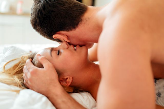 Paar hat Sex auf dem Bett