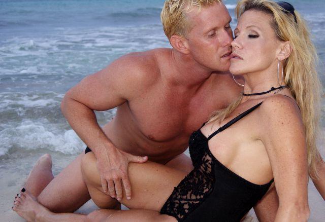 Reifes Paar posiert am Strand