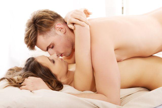 Paar im Bett hat Sex
