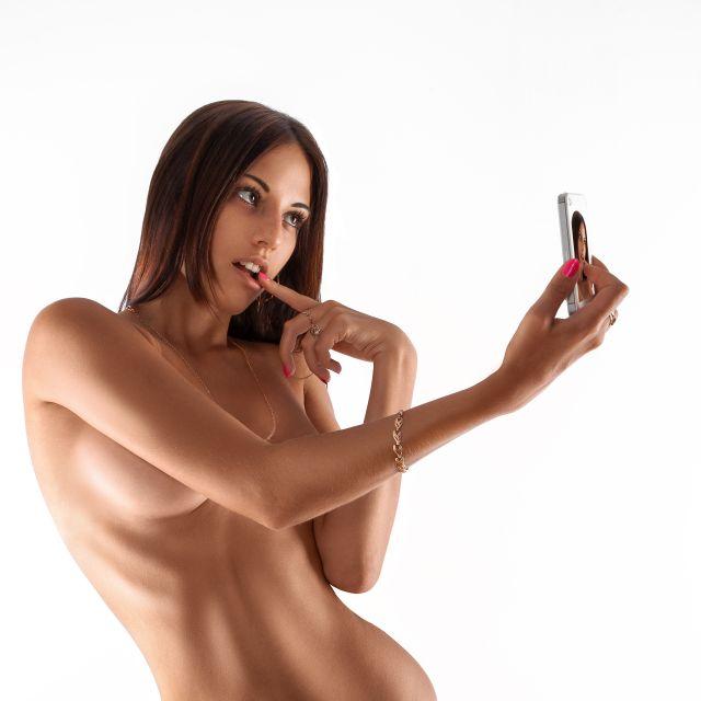 Nackte Frau macht Selfie