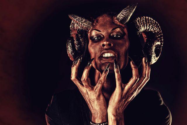 Als Teufel verkleidete Person