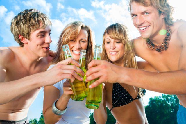 Zwei Frauen und zwei Männer bei heißer Party