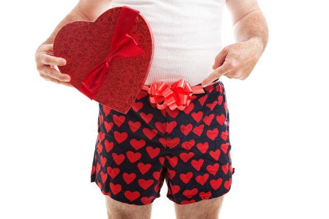 Mann trägt Boxershorts mit Herzchen
