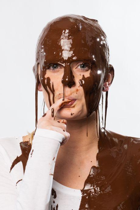 Frau voller Schokolade