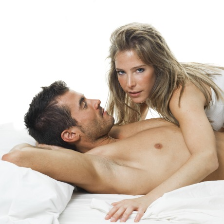 Attraktives junges Paar im Schlafzimmer