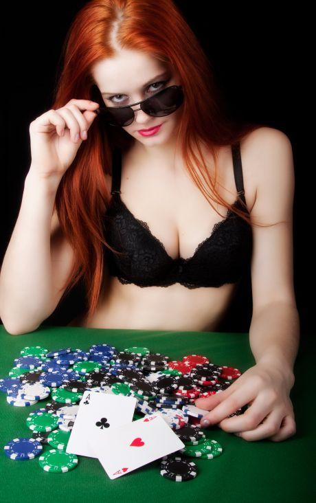 Rothaarige Frau in Unterwäsche am Pokertisch