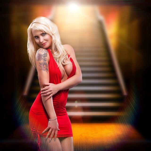 Blonde Frau im kurzen roten Minikleid