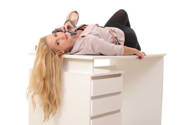 Leidenschaftliche Blondine mit Telefon,in lasziver Pose