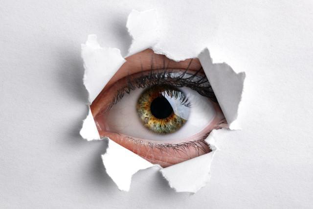 Auge guckt durch ein Schlüsseloch