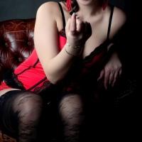 Frau lockt verführerisch mit Zeigefinger