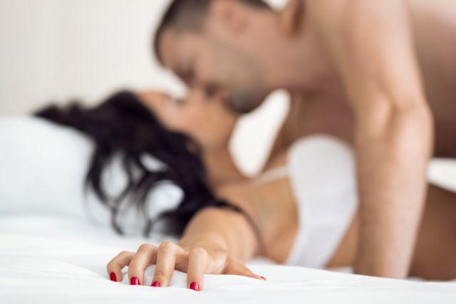 Paar beim Liebesspiel im Bett