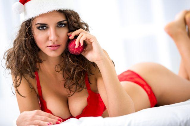 Frau in sehr freizügigen Weihnachtskostüm