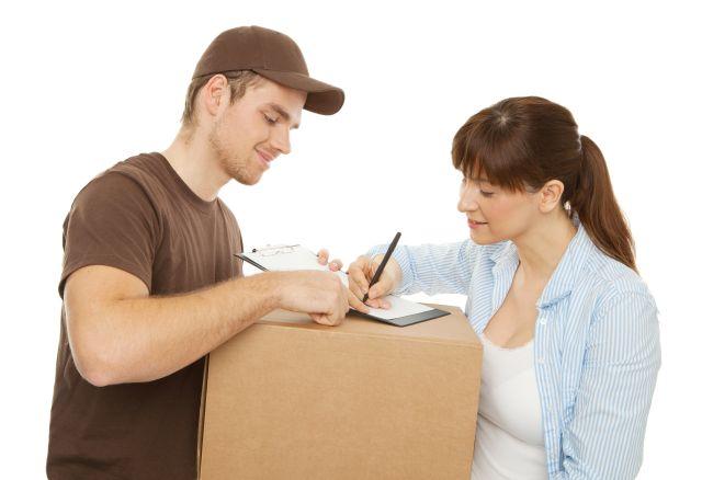 Postbote liefert Paket für Frau