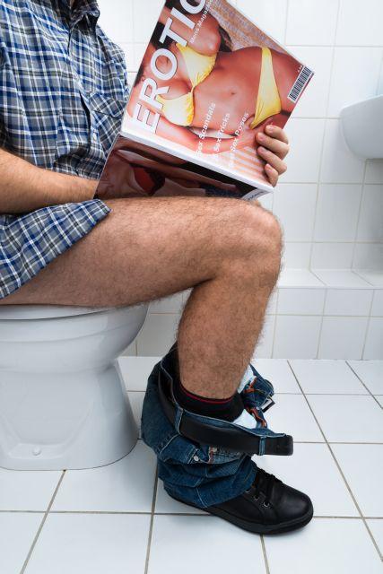 Mann onaniert auf Toilette