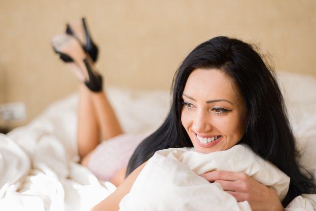 Attraktive Frau liegt im Bett