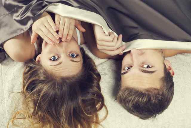 Paar versteckt sich unter der Decke