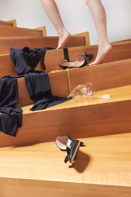 Schuhe, Kleid und ein leeres Glas