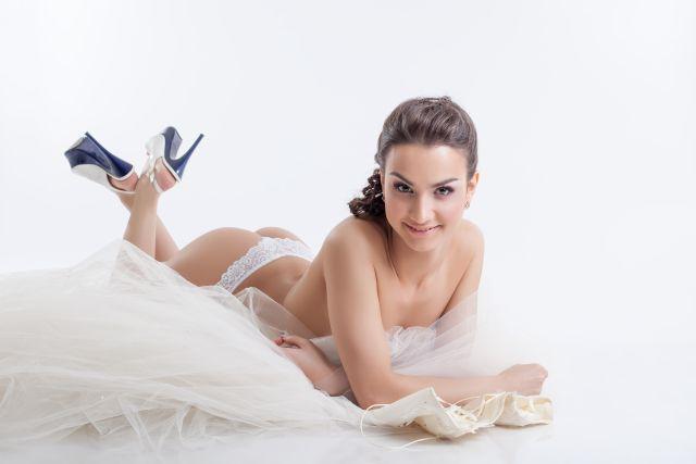 Hübsche Frau hat das Hochzeitskleid fast abgestreift