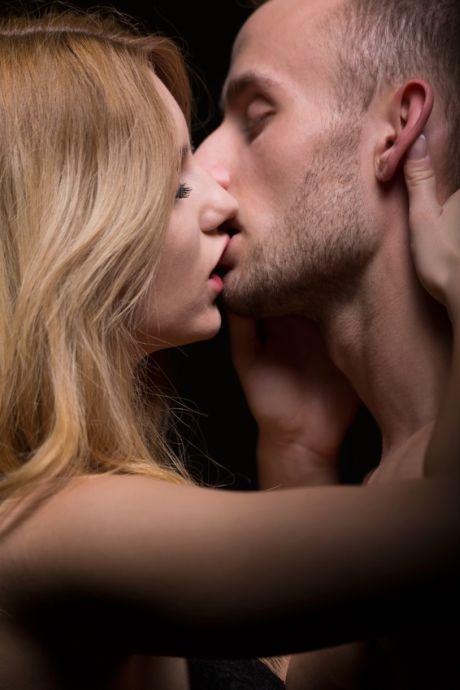 Paar küsst sich leidenschaftlich