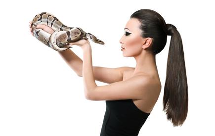 Frau posiert mit Schlange