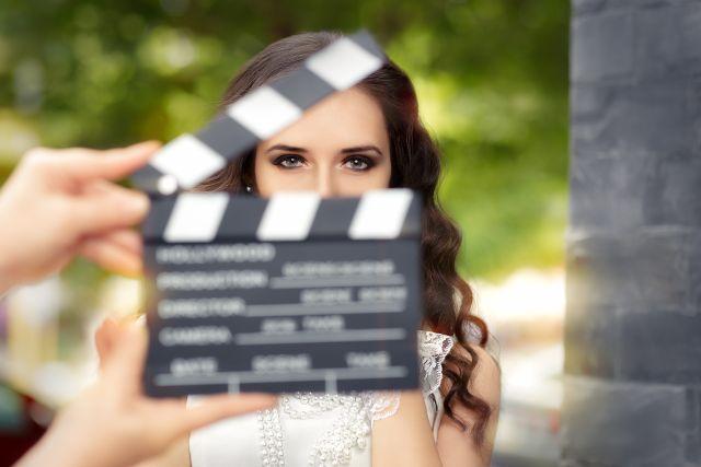 Frau blickt durch Filmkappe