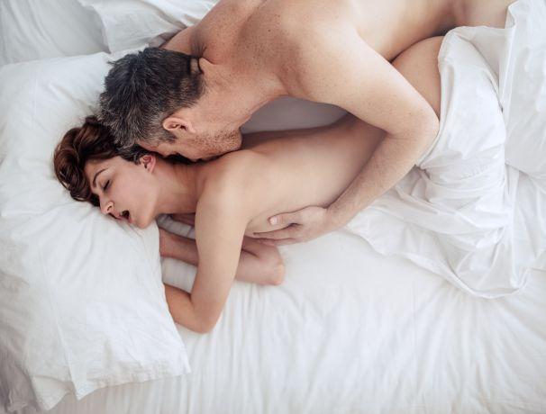 Paar beim Sex im Bett