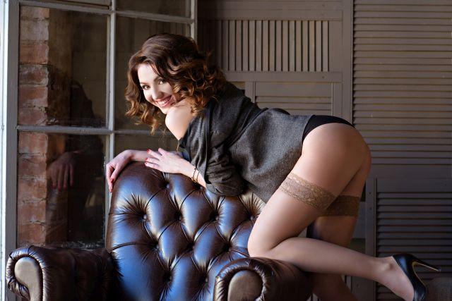 verführerische Frau in sexy Pose auf einem Sessel