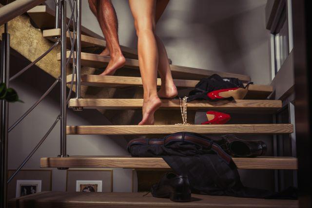 Nackte Beine eines Paars, das eine Treppe hochsteigt