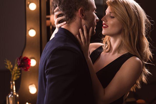 Mann und Frau kurz vor dem Kuss