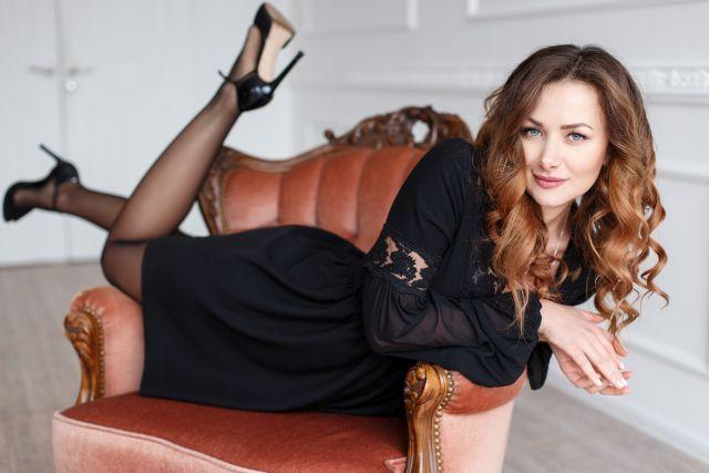 sexy Brünette im schwarzen Bademantel und High Heels