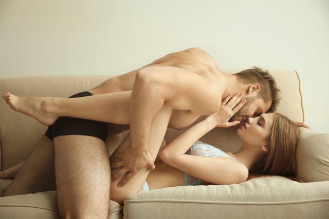 Paar beim Vorspiel auf dem Sofa